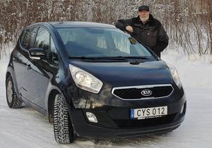 Hans Edlund måste byta olja i sin nya bil redan efter 450 mil, annars gäller inte den sjuåriga garantin.