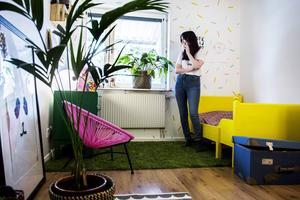 Stellas rum har en knallgul säng, knallrosa stol och en knallgrön byrå.