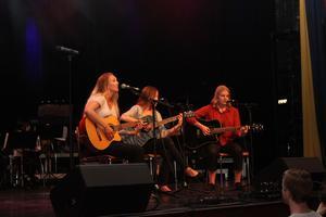 En duktig trio både sjöng och spelade gitarr.