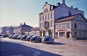 FÖRE RIVNINGSVÅGEN. Södra Kungsgatan på 1960-talet med K. Laurells Velocipedaffär & reparationsverkstad i bakgrunden. En av många Gävlebilder, kända och okända, som finns att se på Lisse-Lotte Danielsons sajt Gävledraget.com.
