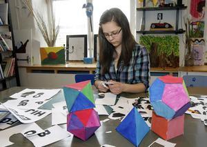 Kuben är en regelbunden polyeder, alla ytor har samma format. Rebecca Sjöberg, Mohed, finputsar de sista detaljerna inför filmningen.