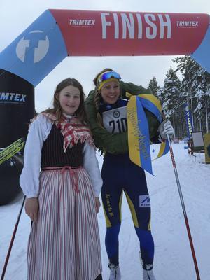 Annika Löfström på hemmavisit vann givetvis damklassen och tog emot kransen av kranskullan Hanna Modin.