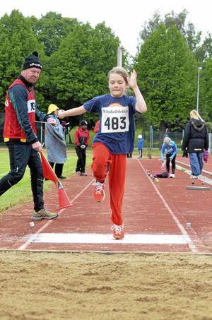 Avstampet satt perfekt för Myra Eriksson, Stocksäters IF, i hennes sista längdhopp innan det var dags att snabbt dra på sig överdragskläderna i gen.