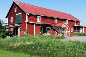 Trävaruhuset har sina lokaler i en gammal ladugård, som har byggts om i etapper under årens lopp.
