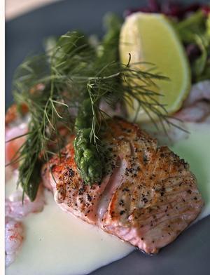 Stekt lax med mousselinsås är inget för kalorijägare. Men kombinerad med en rejäl promenad efter middagen kan man njuta med heder och midja i behåll.