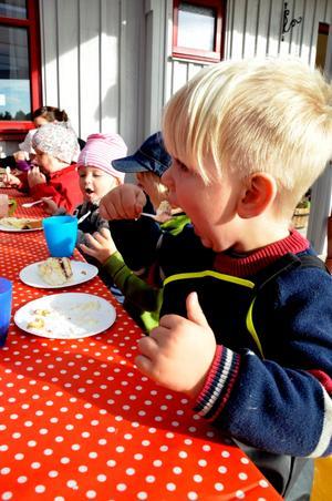 Myggtårta. Julian Sundström på avdelningen Myggan är nästan tre år och gillade verkligen den goda tårtan.