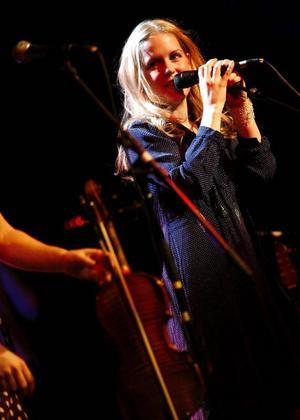 """Sofia Karlsson fick stående ovationer när hon kom till Östersund i går med låtar från sin nya skiva """"Söder om kärleken"""". Hon är alldeles nyförälskad både på skivan och i verkliga livet."""