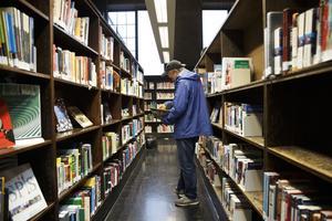 Roald, BeritFördelningen av bibliotek runt om i landet blir alltmer ojämn, konstaterar Bis, Bibliotek i samhälle.