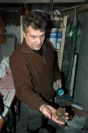 PADDPENSIONAT. Eino Mäkäräinen med de två paddor som nu spenderar vintern i hans källare.