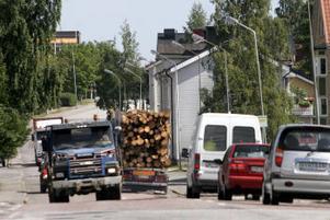 Tusentals bilar passerar Björneborgsgatan varje dag, varav hundratals är lastbilar.