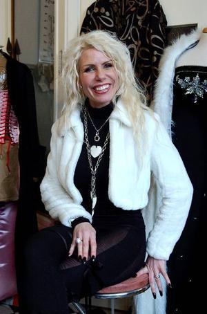 Ateljéklädd. Lever som hon lär gör kläddesignern Anne Perdén i Grycksbo. På bilden iförd dagens arbetsdress i favoritfärgen svart med långa