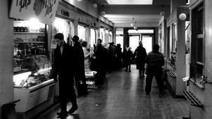 Mat över disk. Den gamla saluhallen i Södertälje bommades igen på 1960-talet.