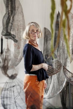 Ett konstnärshem. Det syns att det bor en konstnär i lägenheten. Kira Malmsten i Järna bor i en av Telge bostäders fastigheter på Mölnbovägen. Foto: Jonas Tetzlaff