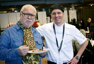 Thomas Österman, här stående bredvid kändiskocken Leif Mannerström, på
