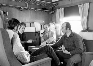 Tiderna förändras. Är det inte...? Jo, det är Kjell Grane som tar sig ett bloss ihop med några lärare på väg till Riksgränsen. Till höger Signar Skålberg.