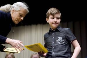 VARSÅGOD. Här får tredjeklassaren Gabriel Berg från Bergby en bokcheck av Gunilla Hagman eftersom han var en av de i sin klass som hade läst flest sidor det senaste halvåret.