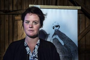 Helene framför ett av konstverken i utställningen