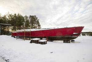 Piratäventyret blir till Sagoäventyret. Båten som skulle lagas visade sig vara för rostig, den ska nu skrotas i stället.