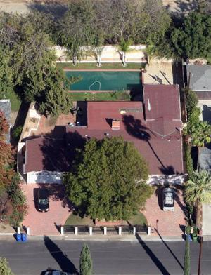 Selena Gomez kan ta sig ett svalkande dopp i poolen på baksidan av sitt hem.