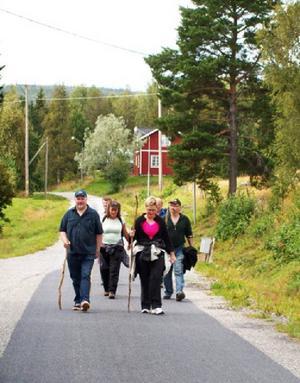En grupp pilgrimer närmar sig samlingsplatsen i Jansjö.