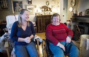 Rose-Marie Ivarsson sköter själv om mycket av den vård mamma Svea behöver.
