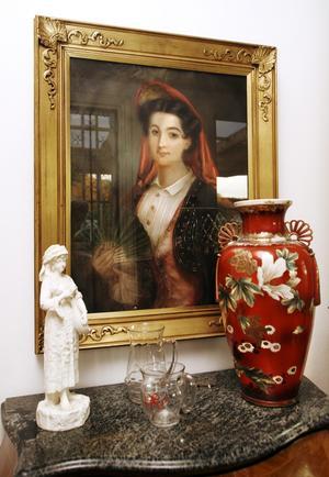 Denna 1700-talstavla fick Liz-Beth i 50-årspresent av sina föräldrar. Till höger en av Liz-Beths kära Satsumas-urnor som har japanskt ursprung.