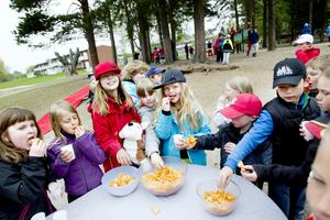 I samband med invigningen av Milboskolans nya lekplats fick barnen saft och chips.