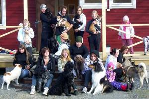 Elevens val. Den 23-25 september hade elever från Vattudalskolan och deras hundar, elevens val hos Strömsunds brukshundklubb i Ulriksfors. Det börjar vara en hösttradition att brukshundsklubben får besök av Vattudalselever några dagar under september. Det är lärarna Åsa Gustafsson och Eva Jonsson somvarje höst kommer med en grupp elever och deras hundar. Alla elever som kommer har inte egen hund men det finnsoftast någon att låna ut. Eleverna och hundar får prova på lite av varje, bland annat lydnad, utställning och agility. Stående från vänster: Felicia och Ticka, Lina och Fia, Lona och Moa, Martina och Bobby, Kim och Idun och Vilma. Mittenraden fr v:Matilda och Sailonoch Eskil och Selmer. Sittande fr v: Åsa och Lotta, Tove och Dunder, Felicia och Tjorven, Tina och Freja, Caroline och igelkottarna, Madde och Ronja och Terese och Ludde.                                                                  Text och foto: Maria Ragnarsson