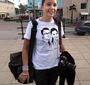 Aftonbladets fotograf på plats i Ockelbo - Pernilla Wahlman hade valt en passande tröja för dagens stora nyhet.