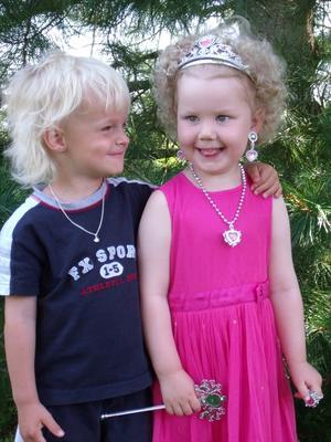 Alva hade fyllt tre år och då fick Alva så här fina juveler av Viggo. Dom kan nästan konkurrera med Victoria och Daniel.