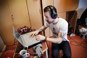 Under tiden som barnen sjunger justerar Johan Arveli ljudet på datorn.