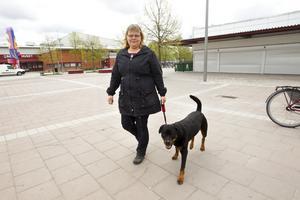 """Inte rädd. Erika Grahn, här med hunden Birka, arbetar i en av affärerna på Bäckby. """"Jag känner till att biblioteket stänger tidigare. Det var nog nödvändigt. Det finns många sysslolösa unga här, men det betyder ju inte att jag har anledning att vara rädd när jag går på Bäckby"""", säger hon."""