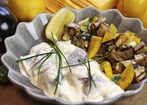 Citronsillen går snabbt att lägga in med grundinlagd sill som bas. Med grillade grönsaker skurna i bitar blir det ett sillfat som verkligen sticker ut.