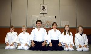 Samuel Myrberg, Leon Fransson, Pontus Pedersén, Susanne Pedersén, Sara Agelsjö och Casper Bräutigam i Gropens IF Aikidosektion tränar Ki-Aikido.