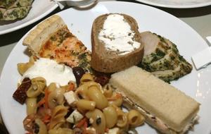 Gästerna fick själva förse sig av maten och placera sig där de ville i representationsvåningen.