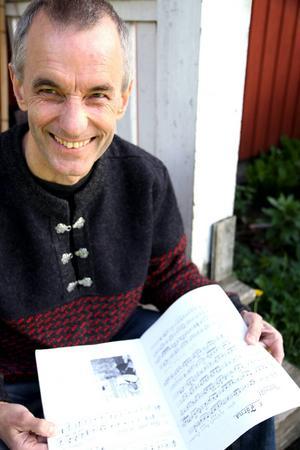 Bernt Lindström i Ockelbo spelar kohorn och bockhorn. Inte många andra gör det numera.   Foto: Niels Hebert