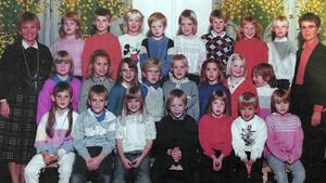 Första klass på Uslands skola. Cecilia Enerud är tjejen i röd kofta näst längst till höger i mittenraden.