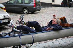 """Tema Buskis. Svante Grundberg i """"Göta kanal 3"""" som får premiär på juldagen. Foto: Anders BirkelandBjörn """"Pölsa"""" Starrin och Tuva Novotny i """"Bröllopsfotografen"""", Ulf Malmros film. Foto: Ulf Malmros"""