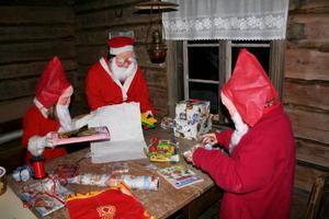 I tomteverkstan jobbade ungtomtarna med att slå in paket. Alva kikade in genom fönstret och kunde se en massa  julklappar. Kanske någon var till henne?