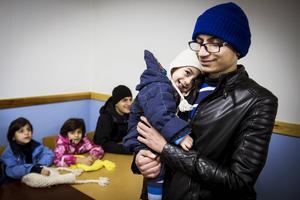 Strorebror Ahmad får ta ett stort ansvar på dagarna med att sköta om sina småsyskon och minstingen Mahamad.