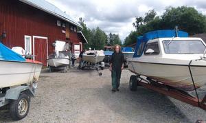 På gårdsplanen hemma hos Anders Forsström i Homna står fritidsbåtar med motorproblem uppställda.