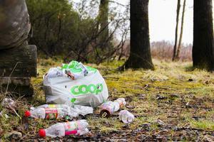 Det är alltså resonemang och lösningar från en svunnen tid som ska hantera dagens problem med snabbmatsförpackningar, plast och cigarettfimpar som stora bovar i dramat, konstaterar vd:n för Håll Sverige Rent.