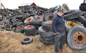 Stena Metall har kört upp ett par hundra ton traktor- och lastbilshjul som väntar på att åtgärdas. Problemet är att Nils ännu inte har byggt maskinen som skall åtgärda dem.