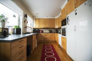 Ett praktiskt och luftigt inrett kök.