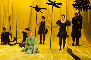"""Folkteaterns sagoland. Samuel Åström, Cecilia Wernesten, Alexandra Zetteberg, Ellen Edlund, Julia Landberg och Peter Mörlin i """"Alice i Underlandet"""" i Gävle."""