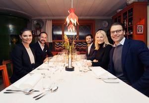 De svenska och norska kungligheterna bjöds på en avslappnad trevlig kväll i Carl och Karin Larssons anda.
