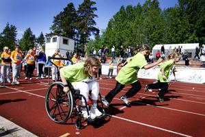 Filippa Plyhm från Källöskolans 3B tävlade i 60 meter med rullstol.