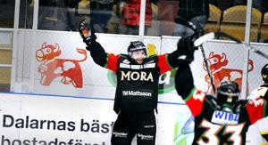 Arkivbild: Mattias Beck jublar efter ett av sina många poäng i Mora-dressen. Här i en match år 2014.