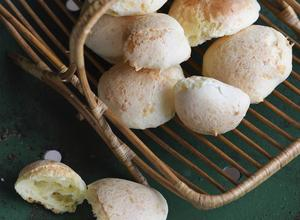 Pão de Queijo är små ostbröd som säljs i stånd på gatan. Förtjusande goda och dessutom glutenfria.   Foto: Fredrik Sandberg/TT