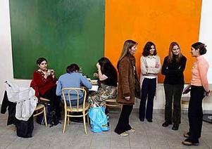 Foto: LEIF JÄDERBERG Härdade av livet. Systrarna  Rasha, Alhan och Rana, stående till vänster, har växt upp i en diktatur och nästan alltid varit rädda. Drömmen om Sverige hjälpte dem att stå ut. Att flykten skulle vara så svår hade de aldrig trott.